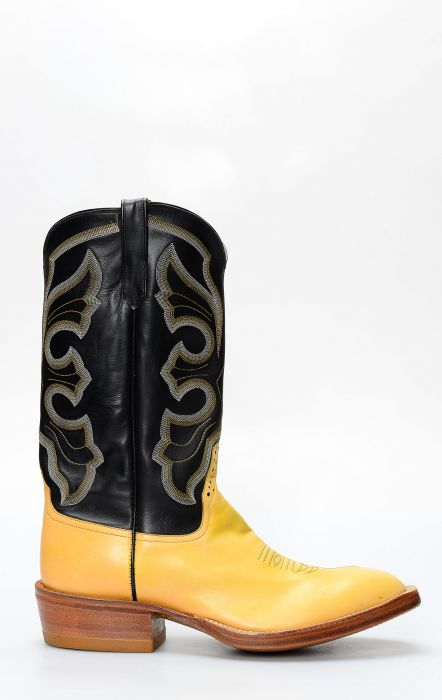 Rios boots of yellow mercedes