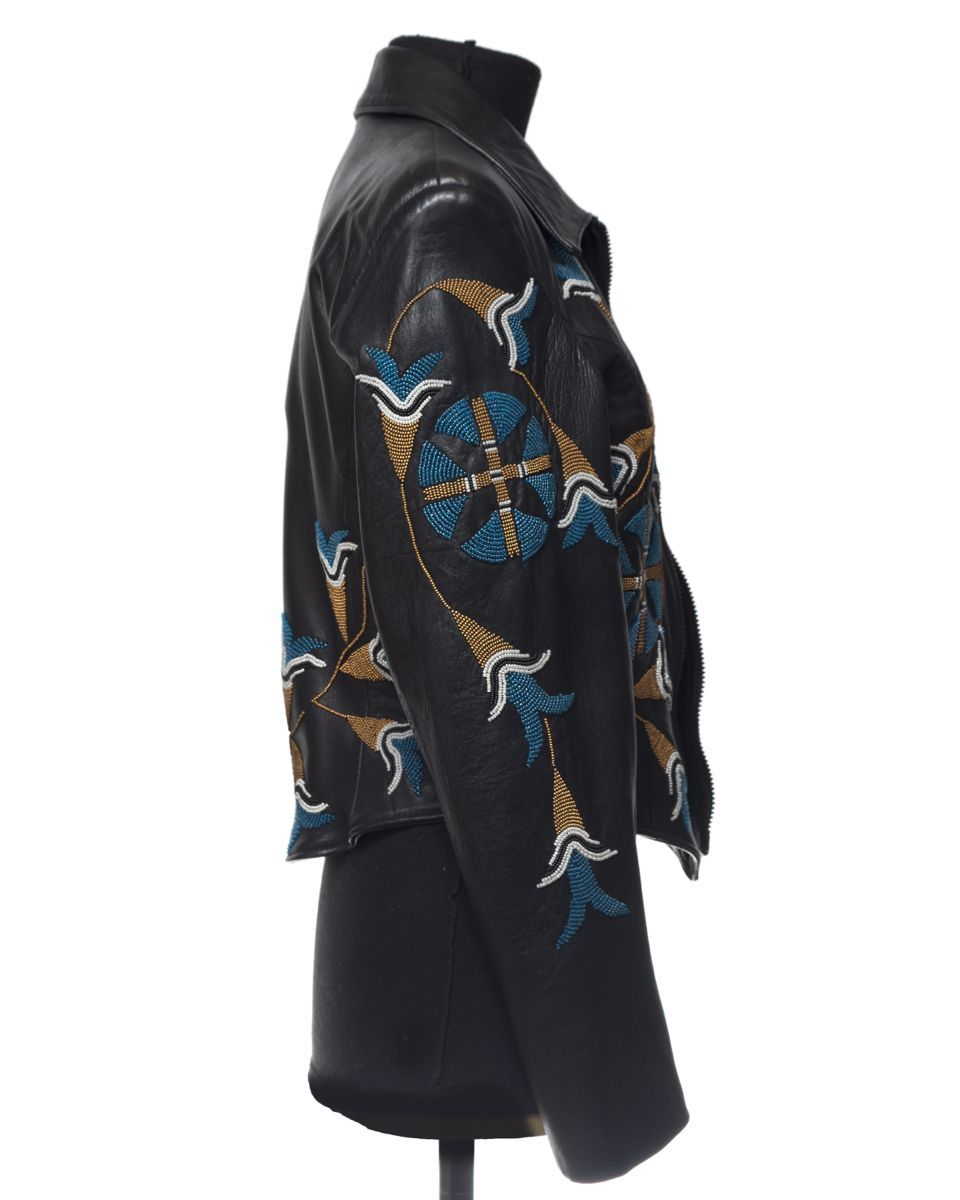 giacca nera con bordo in perline